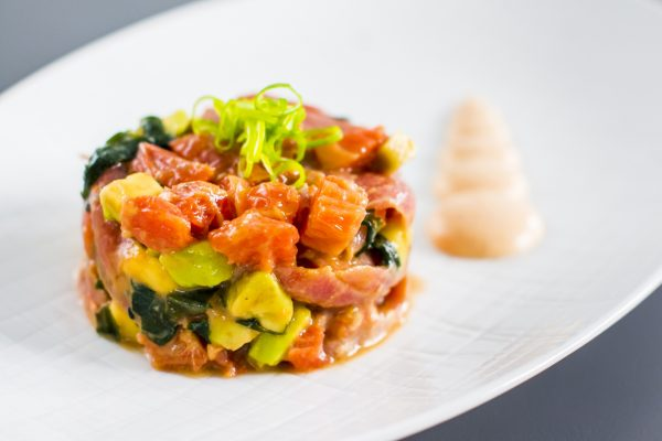 Tartar-de-atun-picante-con-aguacate,-wakame-y-pomelo-rosa